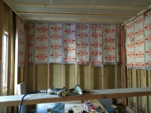 内装工事です。 弊社の防音室はお部屋の中に宙に浮いたお部屋をつくっていきます。