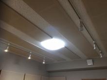 天井は吸音天井に仕上げています。 オリジナルの吸音パネルを設置し音の響きを調節します。
