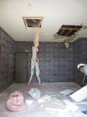 解体作業を行いました。 既設の床・壁・天井を取り壊します。