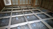 構造床をつくっています。 床下には束補強をしっかり行いました。 防音室はかなりの重量になるので束補強は必須です。