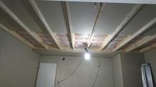 断熱材を空気層に詰め、石膏ボードを張り重ねて壁と天井をつくっています。