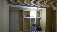 楽譜棚もしっかり設けました。 天井を吸音天井に仕上げています。