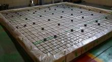 浮き床コンクリート工事の下地組みです。