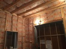 第2の壁と天井をつくっています。 第1壁に触れないように柱を立てて空気層に断熱材を詰めています。