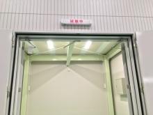 入り口はスチール防音開き窓です。