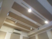 天井と壁に吸音パネルは弊社オリジナルです。 音の響きを調節し長時間の練習にも疲れにくく、楽器本来の音を生かす音響空間に仕上げています。