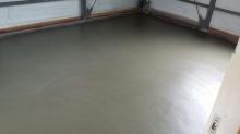 解体作業後に浮き床コンクリート工事を行いました。