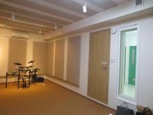 入り口は木製の防音ドアを設置し、入り口横にはFIX窓を設置し、廊下からも中の様子を確認できるようにしています。