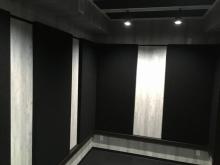 本体工事の工務店さんにクロスや電気工事などの仕上げをしていただきました。 壁のパネルも設置し完成です。