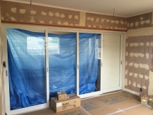 改修前のお部屋です。 クロス仕上げ前の状態で工事を中断していました。 リビングからは開放的に3連引き戸で計画されていましたが遮音が全くされていませんでした。