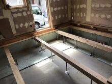 天井や床、壁を解体しました。 解体後に構造床をつくり直しています。 床下には束補強を行いました。
