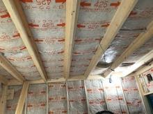 弊社の防音室は浮き床をつくり、お部屋の中に宙に浮いたお部屋をつくっていきます。 躯体に触れないように浮き床の上に下地を組み、空気層に断熱材を詰めています。