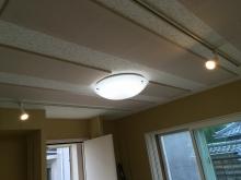 木工事が完了しました。 天井は吸音天井に仕上げています。 音の響きを調節し、長時間の練習にも疲れにくいお部屋をつくっています。