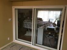 リビングから樹脂サッシの掃き出し窓で開放的な空間に下げています。 サッシは2重設置して遮音効果を高めます。