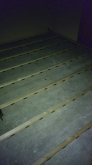 木工事開始です。 浮き床の下地組みをしています。 弊社の防音室はゴムで床を浮かせています。