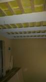 天井は吸音天井に仕上げていきます。 音の響きを調節し、お好みの音響空間に近づけます。