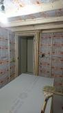 空気層に断熱材を詰めて防音室側の壁と天井をつくっていきます。