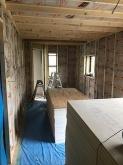 躯体の遮音補強後に浮き床を施工し、下地を組んで防音室側の壁と天井をつくっていきます。空気層には断熱材を詰めています。