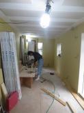 天井は吸音天井に仕上げています。 音の響きを調節し耳が疲れにくいお部屋に仕上げます。