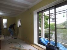 既設掃き出し窓の内側に樹脂サッシを2重で設置します。