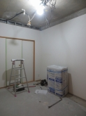 解体作業が始まりました。 天井と床を解体し、天井高をできる限り確保する計画です。 収納は一度取り壊し防音処理を施してからもう一度作り直します。