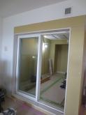 樹脂サッシの掃き出し窓が入りました。 2重で設置しています。