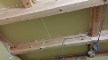 躯体の遮音補強です。天井と壁の隙間を石膏ボードで埋めていきます。