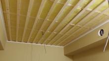 壁と天井ができあがりました。 天井を吸音天井に仕上げていきます。