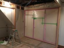 解体作業開始です。押し入れも解体し防音工事を施した後に再度、収納棚に作り直します。