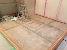 床の畳もはがしました。 和室から洋室に大変身します。