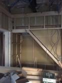 躯体に触れないように下地を組んで防音室側の壁と天井をつくっていきます。