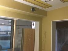 防音室側の壁と天井が出来上がってきました。吸排気ダクトボックスを天井に梁型でつくっています。