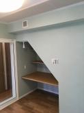 クロス施工完了です。 お部屋の雰囲気がガラリと変わりました。 収納棚も完成しました。