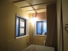 防音室側の壁と天井が出来上がってきました。石膏ボードを張り重ねています。
