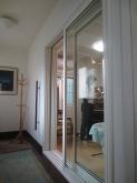 玄関ホールからは大きな掃き出し窓で連動した空間に仕上げています。