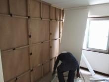 箱型防音室を解体しています。 このつくりでは音はとめられません。