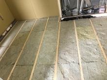 構造床を再度作り直し、浮き床をその上につくっています。
