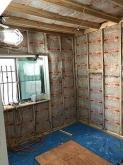 浮き床の上に下地を組み空気層には断熱材を詰めて防音室側の壁と天井をつくっています。