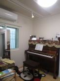 ピアノが入りました♪天井は吸音天井に仕上げています。 音の響きを調節して耳が疲れにくいお部屋に仕上げています。