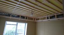 天井は吸音天井に仕上げ、吸排気ダクトボックスを天井に梁型でつくります。 防音室は気密性の高いお部屋なので吸排気システムは必須です。