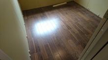 床材を張り終えました。 ウォールナットで落ち着いた雰囲気のお部屋に仕上がっています。