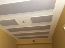 吸音天井が完成です。 弊社オリジナルの吸音パネルとダイロートンを張っています。