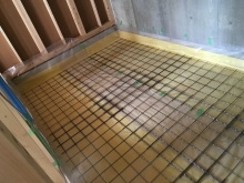 先に浮き床コンクリート工事に入らせていただきました。 断熱材を張り、防湿シートとワイヤーメッシュを張っています。