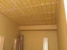 天井は吸音天井に仕上げます。下地を組んで吸音材を張ります。