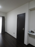 リビング側の開口部は減らし、独立したお部屋になりました。 入り口には木製防音ドアを2重で設置しています。