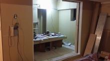 石膏ボードを重ねて張っています。 防音室内には収納も新しくつくりました。