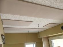 天井は吸音天井に仕上げています。 音の響きを調節して耳が疲れにくいお部屋に仕上げます。
