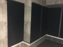 クロス施工後に壁の吸音パネルを設置しに伺いました。