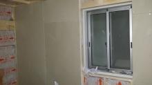 防音室側の壁と天井をつくっています。 空気層には断熱材を詰めています。