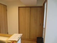 改修前のお部屋出入り口です。 樹脂サッシで開放的な空間に大変身です♪